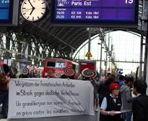 Solidaritätsaktion am Frankfurter Hbf - am Gleis des ICE nach Paris - am 14. Juli 2016: Wir grüssen die französischen Arbeiter im Streik gegen deutsche Verhältnisse