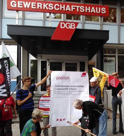 Klimaaktive GewerkschafterInnen protestieren am 5. 7. 2016 vor DGB Berlin. Foto von Christine Kühnel - wir danken!