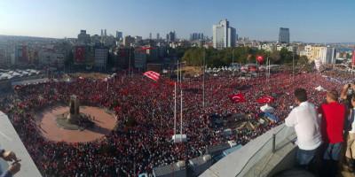 Versammlung der Demokratie:mehr als 100.000 auf dem Taksim-Platz in Istanbul (24.7.16, sendika.org)