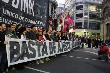 Während in Argentinien Gewerkschaftsführungen interne Machtkämpfe austragen, mobilisieren soziale Bewegungen gegen den Tarifazo - hier am 9.8.2016 in Buenos Aires