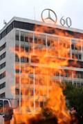 Am 19.82016 wurden beinahe 2.000 Entlassungs-Telegramme vor Daimler Sao Paulo verbrannt
