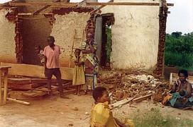 2001 in Uganda: 4.000 Menschen vertrieben - für deutschen Kaffee