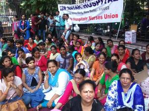 Beim indischen Generalstreik am 2.9.2016 wurden in Delhi hunderte Krankenschwestern festgenommen