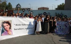 """""""Es gibt uns immer noch, wir sind hier, wir schreiben weiter"""" - Mahnwache für Asli Erdogan vorm Frauengefängnis in Istanbul (sendika.org)"""