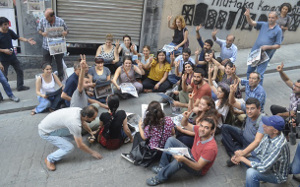 Istanbul, 19. August 2016: Redaktionssitzung der verbotenen Zeitung Özgür Gündem auf dem Bürgersteig vorm versiegelten Redaktionsgebäude (sendika.org)