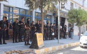 Polizeieinheiten vor der Kommunalverwaltung, hier: Suruc, September 2016 (sendika.org)