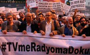 #TVmeRadiyomaDokunma - Fass mein Fernsehen und mein Radio nicht an! Protestaktion gegen Senderschließungen in der Türkei, hier am 4. Oktober 2016 in Istanbul (sendika.org)