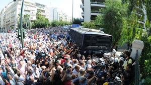 Rentnerdemo Athen 3.10.2016 - ein Polizeibus...
