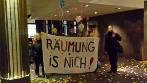 """""""Räumung is nich!"""" Protest für bezahlbaren Wohnraum: 20 Aktivisten stürmen Amano-Hotel in Berlin-Mitte (22.11.16, Bündnis Zwnagsräumung verhindern)"""