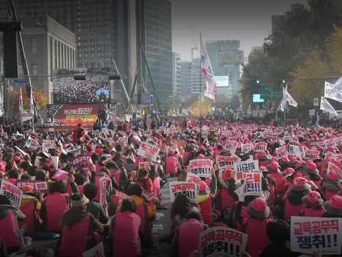 12. November 2016: Eine Million Menschen in Seoul gegen die Park-Regierung, hier: KCTU-Kundgebung vor der Präfektur (Foto: Helmut Weiss, LabourNet Germany)