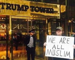 """Michael Moore vor dem Trump-Tower: """"We are all Muslim"""""""