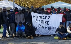 85 hungerstreikende Geflüchtete am Sendlinger Tor Platz in München für Bleiberecht