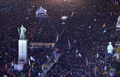 Stadtzentrum von Seoul bei der Demonstration am 12.11.2016 - vor dem Königsdenkmal (Foto: Helmut Weiss, LabourNet Germany)