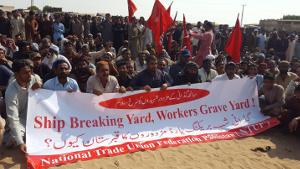 Abwrackwerft - Friedhof für Arbeiter. Werftarbeiter in Pakistan protestieren nach Gasexplosion in Großbrand auf altem Öltanker (November 2016, IndustriALL)