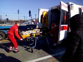 20.1.2017 - verletzte Kollegen am Flughafen von Pisa werden ins Krankenhaus gebracht, nach einer neuerlichen Fahrzeugattacke auf Streikposten