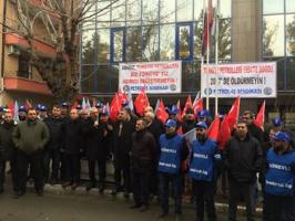 Ersatzprotest nach Demoverbot: Türkische Ölarbeiter am 26.12.2016 vor dem Gewerkschaftshaus in Istanbul