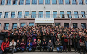 [Türkei] Entlassene Akademiker*innen protestieren vor den Toren der Universität Ankara (sendika.org, 8. Februar 2017)