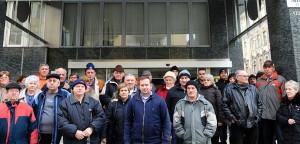 Gewerkschafter der Budapester Stadtwerke rund um ihren mit drei anderen zusammen entlassenen Vorsitzenden am 16.1.2017