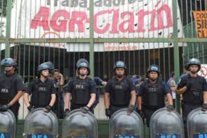 Polizeiaufmarsch vor der besetzten Clarin Druckerei in Buenos Aires am 8.3.2017