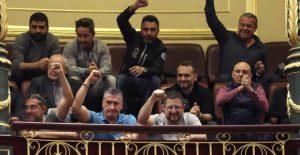 Spanische Docker feiern im spanischen Parlament: Das königliche Dekret gegen sie kam nicht durch