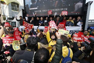 Freudenfeier bei der Kundgebung des südkoreanischen Gewerkschaftsbundes KCTU zum Urteil des Verfassungsgerichtes am 10.3.2017 in Seoul