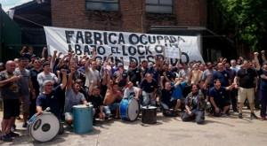 Die Besetzer der AGR Druckerei feiern am 3.4.2017 den verhinderten Polizeiangriff