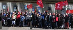 Streikende BMW Arbeiter in crowley, England - im ersten Streik überhaupt am 19.4.2017 gegen Rentenklau