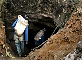 """Eine von Tausenden Goldminen in Südafrika, die von den Konzernen """"verlassen"""" wurden - nicht aber von den Belegschaften"""
