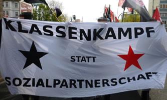 "Banner mit der Aufschrift ""Klassenkampf statt Sozialpartnerschaft"""