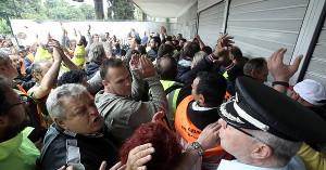 Athen 21.6.2017 Müllarbeiter stürmen Innenministerium