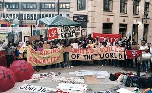 Siegesfeier des streikenden Reinigungsperosnals an der London Schoolof Economics, Juni 2017, ein Erfolg der Basisgewerkschft UVW