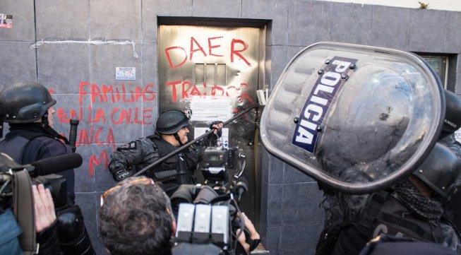 """Sicherheitstür aufgebrochen (auf der der Kommentar zum Gewerkschaftssekretär sthet """"Daer-Verräter"""") der Beginn des Sturms auf Pepsi am 13.7.2017"""
