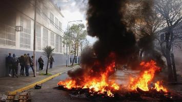 Der Widerstand der Pepsi Belegschaft dauerte Stunden, dank Steinschlag von den Dächern und brennender Barrikadenn