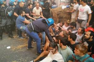 Die Räumung zweier sozialer Zentren in Bologna Anfang august 2017 wird nicht zur Einstellung ihrer Arbeit führen...