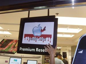 Bloody Apple das Kampagnenplakat von Sacom im September 2017