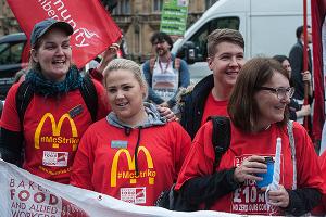 McDonalds Streikende vor dem Londoner Parlament am 4.9.2017