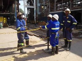In der größten Kupfermine Sambias wird im September 2017 über Streik gegen Zeitarbeit diskutiert