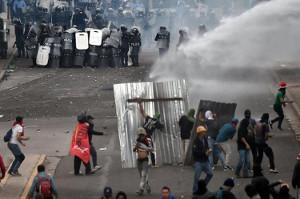 San Juan Konfrontation mit der Polizei bei Protesten gegen Wahlbetrug in honduras am 1.12.2017