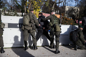 Zeitgleich zu grossen Demonstration und Hartz IV Debatten lässt die neue Wiener Rechtsregierung Notstand üben - durch die Armee...
