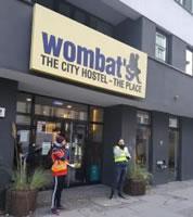 Ausstand in Herberge: Mitarbeiter von Berliner Wombat's City Hostel im Warnstreik. Gefordert werden bessere Löhne und mehr Anerkennung