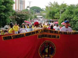 Am 1. Mai 2018 Ölarbeiter in Kolumbien gemeinsam mit Bergbaukritikern