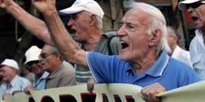 Griechische Rentner protestieren in athen im April 2018 - wohl nicht, weil die Krise vorbei ist---