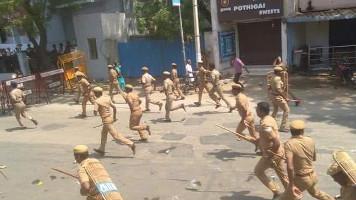 Die indische Polizei gegen Demonstranten gegen eine Kupferschmelze - kurz bevor geschossen wird am 22.5.2018 - elf Tote