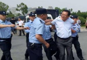 Polizeiensatz gegebn Lehrer in Anhui - die chinesichen Behörden baten um Entschuldigung