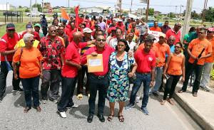 Vor den Toren der geschlossenen Raffinerie: Delegation der 5.000 zuckerarbeiter auf Trinidad, die seit 15 Jahren auf die Erfüllung von Versprechungen warten