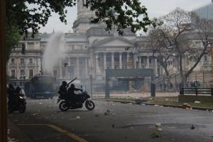 Argentinische Polizei wirft Gasgranaten am 24.10.2018 gegen Massenproteste in Argentinien, weil die Regierung das Diktat des Internationalen Währungsfonds befolgt und einen Kahlschlag-Haushalt verabschieden lässt