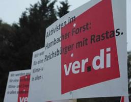 """Diffamierende ver.di-Plakate von AfD-Mitgliedern bei der Demonstration im Rheinischen Braunkohletagebau am 24. Oktober 2018. Text auf Schild: """"Aktvisten im Hambacher Forst: Reichsbürger mit Rastas. ver.di"""""""