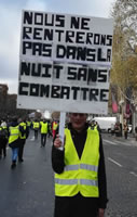 """Foto von Bernard Schmid der Demo in Paris am 24.11.2018: """"Wir (tauchen) nicht in die Nacht ein ohne zu kämpfen"""""""