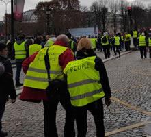 """Foto von Bernard Schmid der Demo in Paris am 24.11.2018: Auf der Jacke links steht : """"Für eine gerechtere Besteuerung"""""""