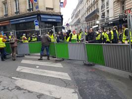 Foto von Bernard Schmid der Demo in Paris am 24.11.2018: An dem Zaun wurde nicht etwa gerüttelt, der wurde getragen, als Barrikade.. Hümm, hümm..